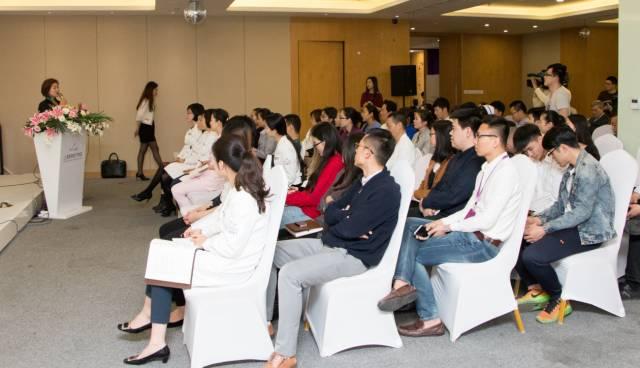 曹锦女士热情地给上海美莱员工进行了细致的职业服务培训
